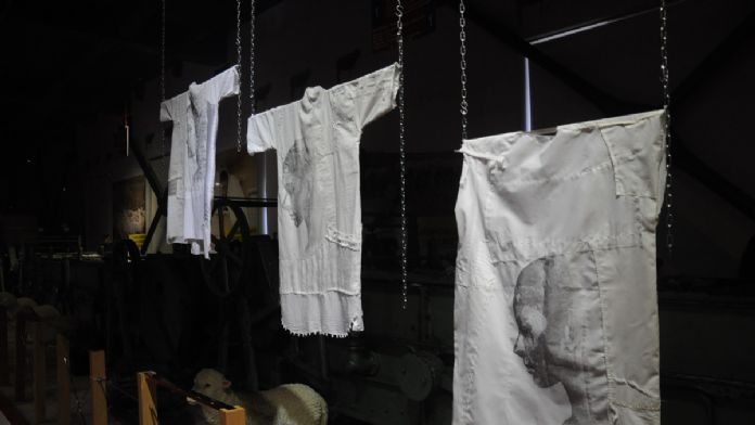 Kadına şiddetin 'beyaz gömlek'le anlatıldığı sergi açıldı