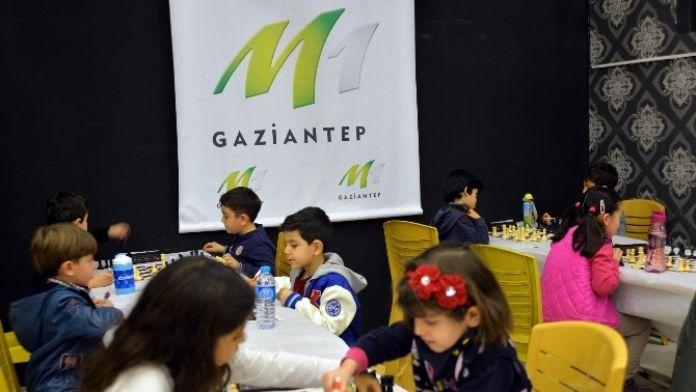 M1'de Satranç Turnuvası