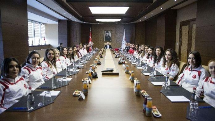 Bakan Kılıç Buz Hokeyi Kadın Milli Takımı'nı Kabul Etti