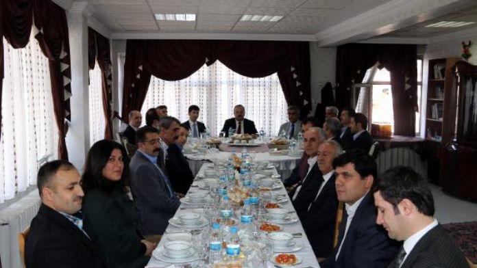 Hakkari Valisi kentteki STK temsilcileriyle toplantı yaptı