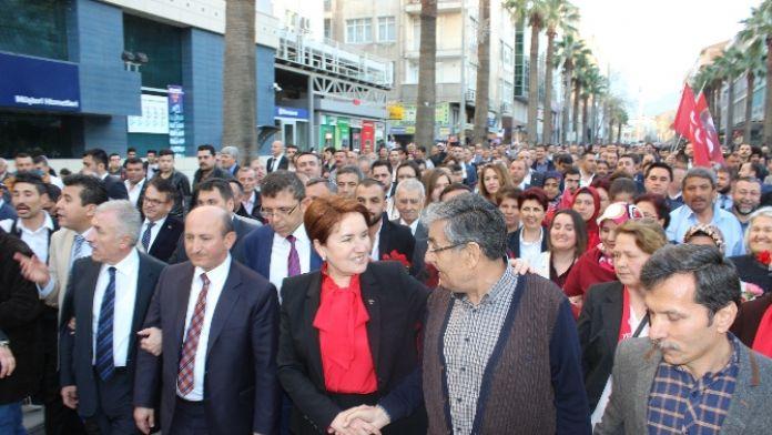 Akşener vatandaşlarla yürüdü