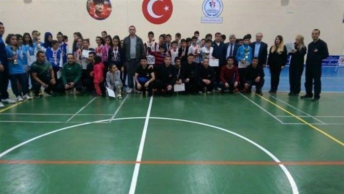 Okullar Arası Yıldızlar Badminton Müsabakası