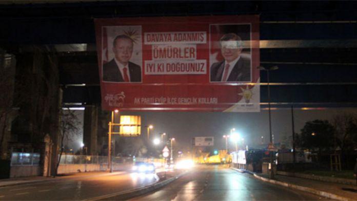 Erdoğan ve Davutoğlu için dev pankart!