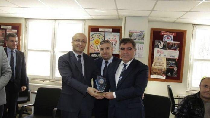 Başkan Özdemir'e Teşekkür Plaketi