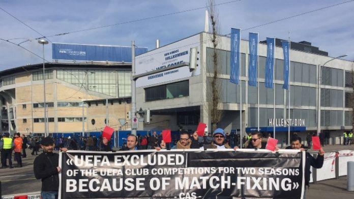 Trabzonspor taraftarları FIFA'ya da kırmızı kart gösterdi