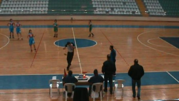 Basketbol maçında antrenör, hakeme su şişesi fırlattı