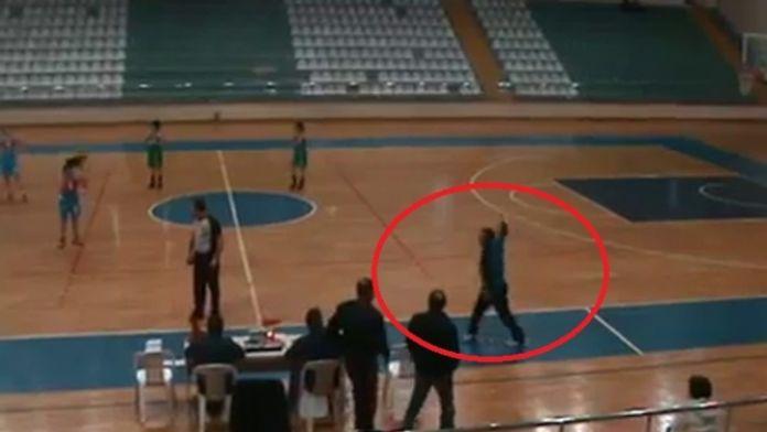 Antrenörün yaraladığı hakem maça devam edemedi