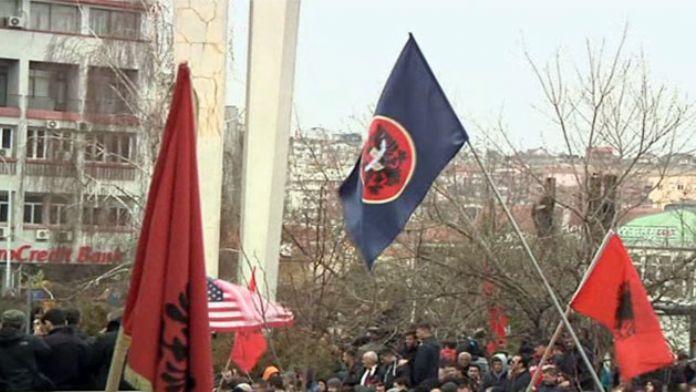 Kosova seçim sonrası karıştı! Polise molotoflu saldırı!
