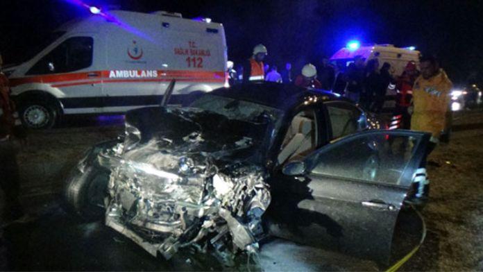 İki araç hurdaya döndü: 3 yaralı!