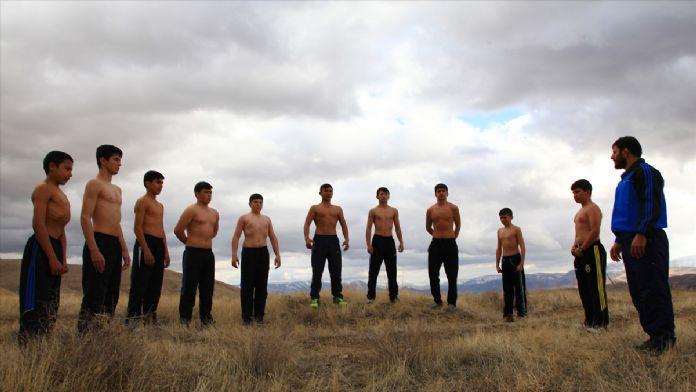 Yıldız güreşçiler dağları 'minder' yaptı