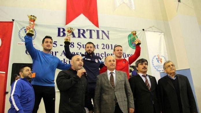 Vali Azizoğlu, Güreşçilere Ödül Verdi