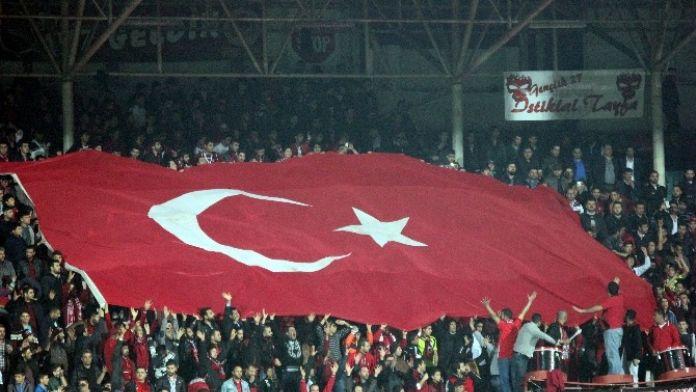 Gaziantepspor Ve Galatasaray Taraftarlarından 'Şehitler Ölmez' Tezahüratı