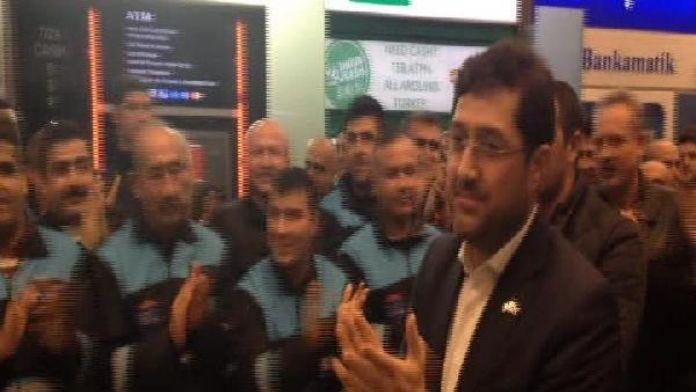 Beşiktaş Belediyesi temizlik işçileri havalimanında gönül aldı