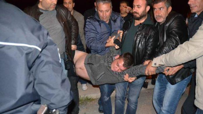 İntihar etmek için köprüye çıkan adamı polis kurtardı