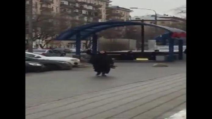 Rusya, bir çocuğun kafasını keserek metro girişinde bağıran kadını konuşuyor