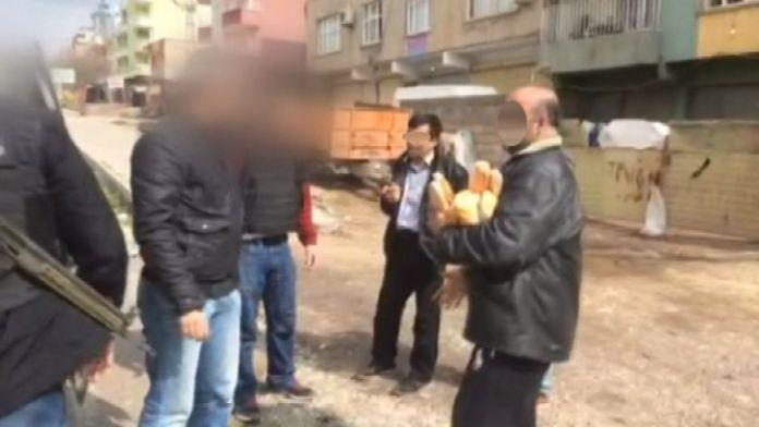 Polisler kapı kapı dolaşıp ekmek ve su dağıttı