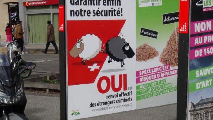 İsviçre'de ırkçı afişlere basından cevap