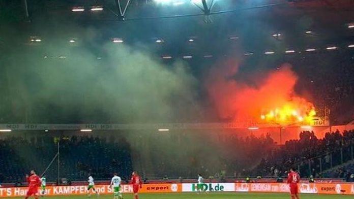 Wolfsburg taraftarı, rakibin yedek kulübesine meşale attı
