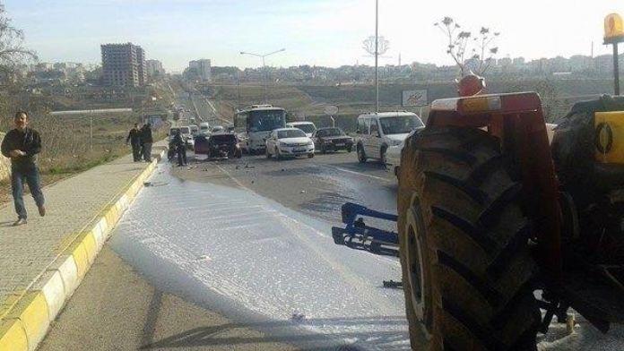 Otomobil Traktöre Çarptı: 1 Yaralı