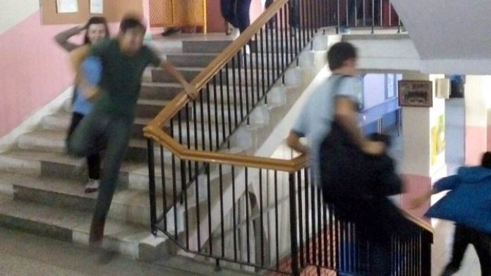 Burhaniye'de Öğrenciler Tatbikatı Gerçek Sandı
