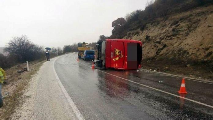 Isparta'da Yolcu Otobüsü Devrildi: 19 Yaralı