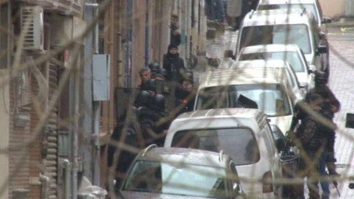 Teröristlerin kıstırıldığı binada silah sesleri