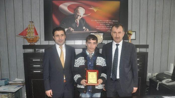 'Sahne Sırası Sende' Yarışmasında Birinci Olan Öğrenciye Ödül