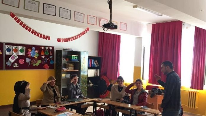 AK Kadınlar Engelli Miniklerle İşaret Diliyle Sohbet Etti