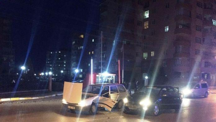 Niğde'de 2 Otomobil Çarpıştı 1 Yaralı