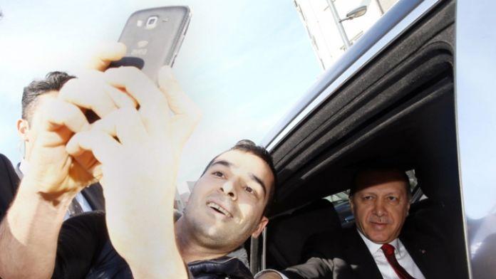Erdoğan'ın konvoyunu durdurup selfie çektiler