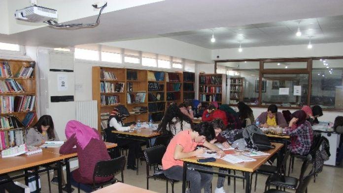 Öğrenciler Kütüphaneye Akın Ediyor