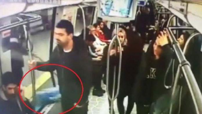 Metrodaki bomba şakası kameralara yansıdı