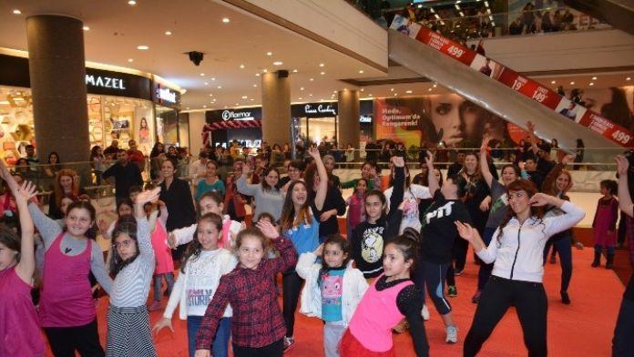 Kadınlar Optimum'da 'Zumba' Dansıyla Stres Attı