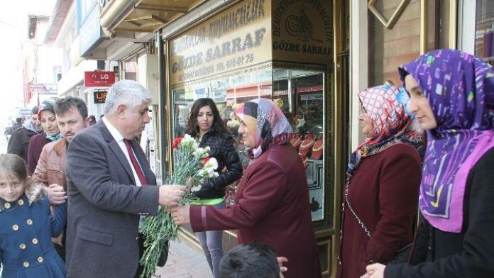 Sorgun Belediye Başkanı Şimşek Kadınlara Gül Dağıttı