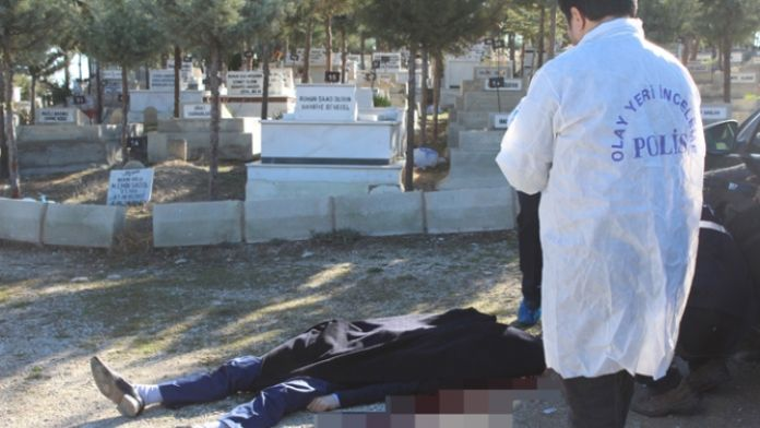 Dedesinin mezarı başında intihar etti