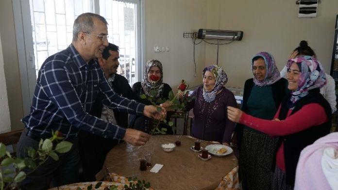 Başkan Tarhan'dan Kadınlara Gül