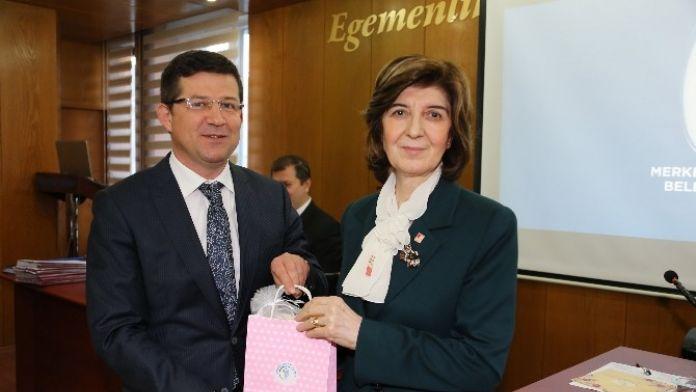 Başkan Subaşıoğlu'ndan Kadın Meclis Üyelerine Hediye Fular