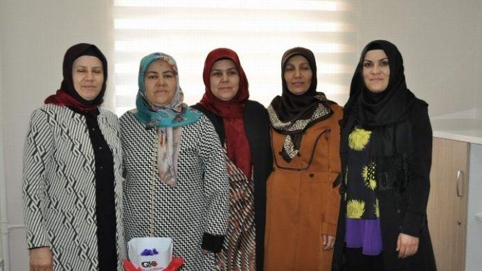 Eğitim-bir-sen'den Kadınlara Menekşe'li Kutlama