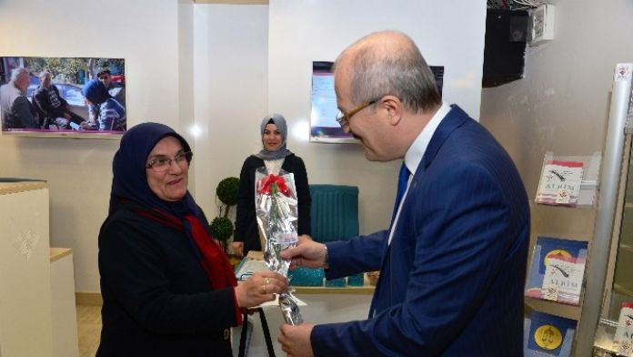 Başkan'dan Bayan Personele Karanfil