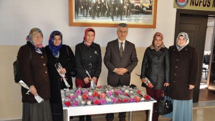 Sandıklı Kaymakamı Arıcan'dan Kadınlara Karanfilli Kutlama