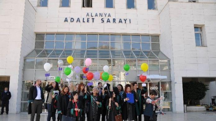 Kadın Avukatlardan Balonlu Kutlama