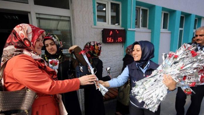 Beyşehir Zabıtasından Kadınlara Karanfil