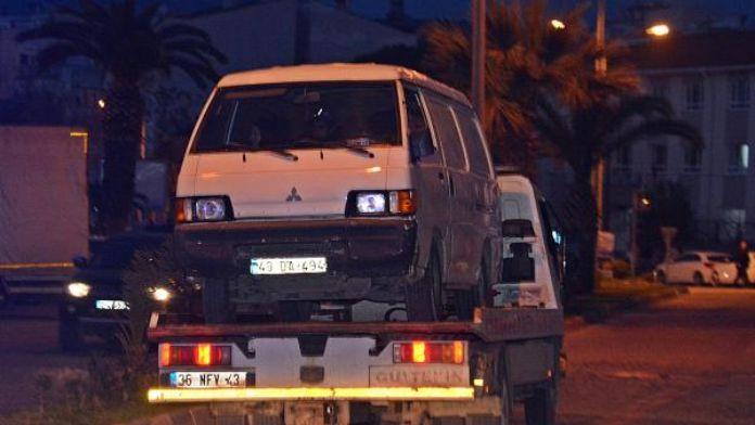 Mültecileri taşıyan minibüs dur ihtarı yapan polise çarptı: 1 yaralı