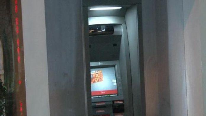 ATM'ye kart okuyucu düzenek yerleştirmeye çalışan şüpheliler polisi görünce kaçtı