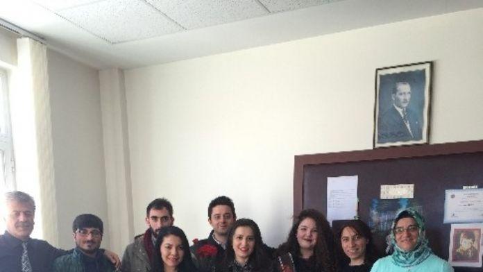Erzurum Karadeniz Öğrenci Birliği Karanfil Dağıttı