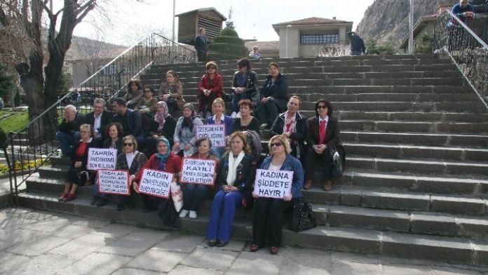 Afyonkarahisar'da CHP'li Kadınlar 'Özgecan Yasası'nın Bir An Önce Çıkarılması İçin Oturma Eylemi Yaptı