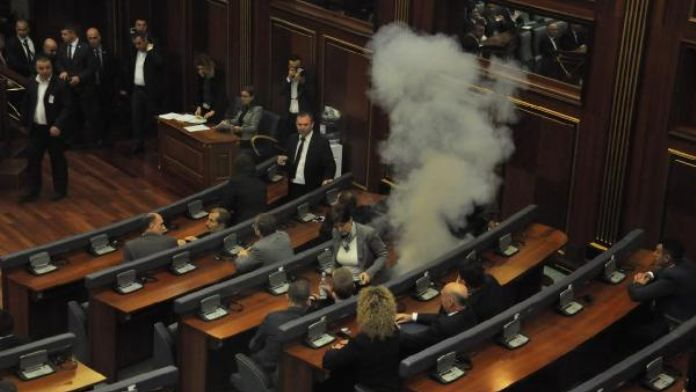 Kosova milletvekilleri Meclis'te kürsüdeki bakanın yüzüne lazer tuttu