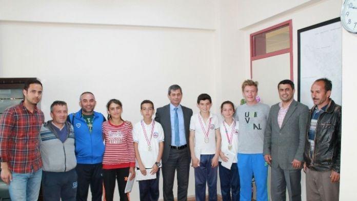 Milli Eğitim Müdürü Sarıdemir Şampiyon Atletleri Ödüllendirdi