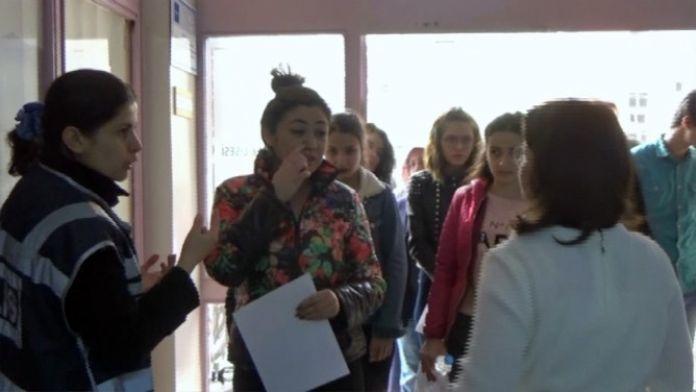 (Özel Haber) Burnundaki Pearsıng İle Sınava Alınmayan Genç Kızın İmdadına Polisler Yetişti