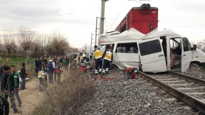 Öğrenci servisi trenle çarpıştı: 1 ölü, 16 yaralı